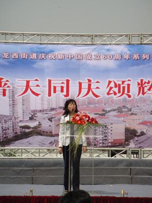 龙西街道隆重举行庆国庆60周年系列活动启动暨升国旗仪式